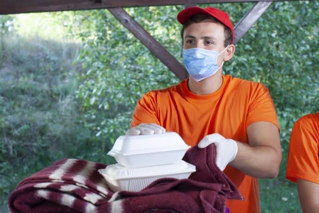 ボランティア活動する男性